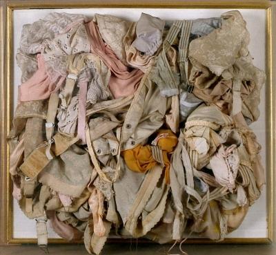 <b>Déculotage</b> (1960)<br/><i>Assemblage de sous-vêtements dans une boîte de plexiglas (53x59x13,5cm)</i>