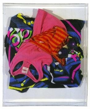 <b>UV Protection</b> (1961)<br/><i>Tissu, vêtements et lunettes sur toile</i>